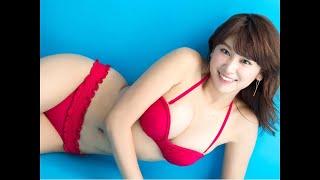 久松郁実:「ヤンマガ」グラビアで大胆ビキニ 健康的な小麦色の肌を披露