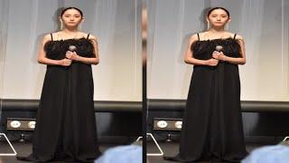 人気 – 浅川梨奈、黒のロングドレスでデコルテ全開 オールバックでイメージ一変